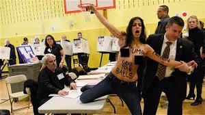 bureau de vote election américaine des femen ont manifesté dans le bureau de vote