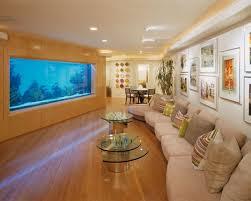 modernes aquarium eingebaut in der wand im wohnzimmer
