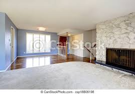 leeres schönes wohnzimmer mit kamin aus stein frisches