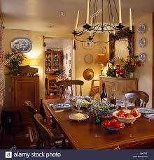 kerze leuchter über dem tisch für das mittagessen in der