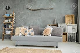 moderne minimalistische und helle wohnzimmer in den farben cyan mit sofa teppich bücher und schlempe aus holzkisten