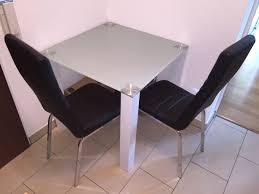 mömax glastisch mit zugehörigen stühlen
