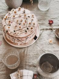 evi s leichte himbeere joghurt torte mit gänseblümchen