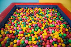 piscine a balle gonflable piscine à balles critères de choix et prix ooreka