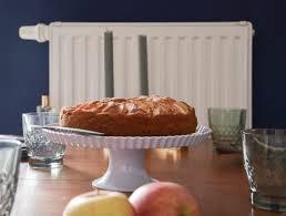 leckerer kuchen mit zimt apfel und haselnuss baiser