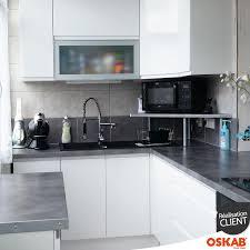 reglette cuisine avec prise cuisine aménagée en l avec finition brillante moderne
