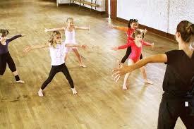 un bon cours de danse moderne pour les enfants qui connaît un