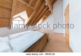 helles licht einfache moderne schlafzimmer mit parkett und