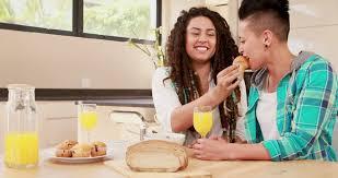 lesbienne dans la cuisine cheveux foncés manger petit déjeuner 4k stock 320 377