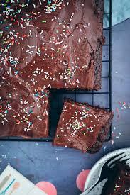 rezept für einfachen schokokuchen vom blech mit cremiger schokoladenganache