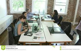 ordre de laps de temps des travailleurs aux bureaux dans le bureau