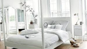 schlafzimmer das bett steht in der mitte des raumes
