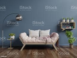 wohnzimmer mit sofa auf holzböden und dunkel blaue wand stockfoto und mehr bilder architektur