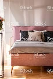 kissen in grau und rosa schlafzimmer innenraum mit blumen und wand mit formteil auf bett echtes foto stockfoto und mehr bilder bett