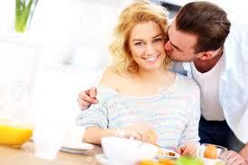 baise cuisine une image d un homme donnant un bon baiser du matin à sa femme