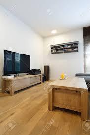 modisches wohnzimmer mit holzmöbeln und minimalistischem design