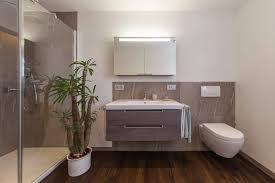 bad referenzbad marmor und holz dusche wc spiegelschrank