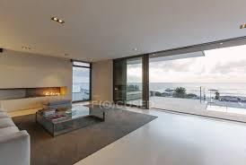 modernes minimalistisches luxus wohnzimmer mit gas kamin