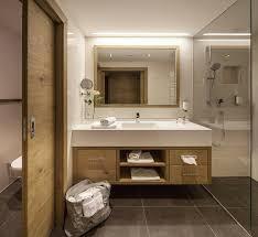 großzügige badezimmer mit walk in dusche im hotel panorama