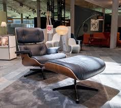 der eames lounge chair vitra mit einer schale in