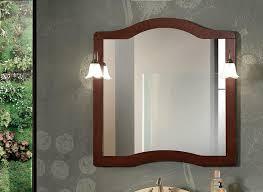 klassischer spiegel mit rahmen und 2 wandleuchten