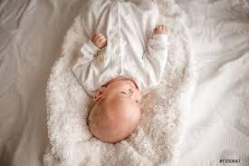 foto auf lager niedlichen kleinen jungen in einem weißen licht schlafzimmer neugeborenes baby ist süß in der bettwäsche für kinder geboren bilder