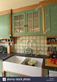 grün ausgestattet schrank mit glastüren oben weiße