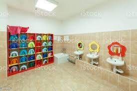 kinder badezimmer und individuelle handtücher eines kindergartens stockfoto und mehr bilder ausrüstung und geräte