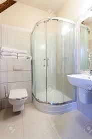 weiße fliesen im badezimmer mit einer dusche