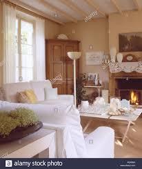 weiße loosecovers auf sofas im neutralen französische land