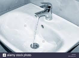 waschbecken und wasserhahn mit fließendem wasser im
