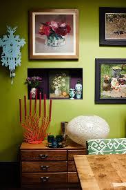 nische mit deko an grüner bilderwand bild kaufen