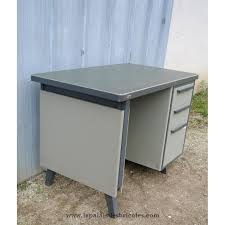 bureau industriel strafor en métal gris et vert le palais des