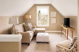 zimmer mit dachschrä einrichten beige wände und weiße