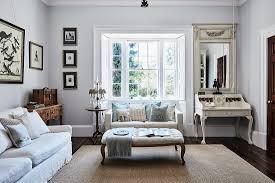 klassisches wohnzimmer mit sofa im erker bild kaufen