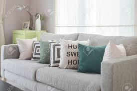 gemütliches graues sofa mit geometriemusterkissen im modernen wohnzimmer