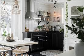 blick vom esstisch in die offene küche bild kaufen
