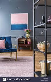 pink und blau malen auf graue wand über kabinett mit blumen