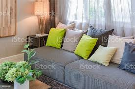 graues sofa und grüne kissen im wohnzimmer stockfoto und mehr bilder architektur