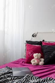 bett mit rosa schwarz und weiß bettwäsche und dekor kissen