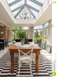 schönes esszimmer mit glasdach stockbild bild wohnung