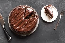 zarter milchmädchen schokoladenkuchen mit cremiger glasur