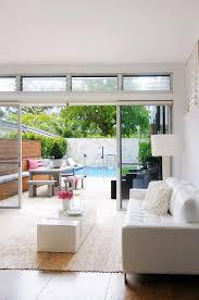 designer wohnzimmer mit weißem ledersofa bild kaufen