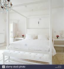 ein modernes minimalistisches weißes schlafzimmer mit einem