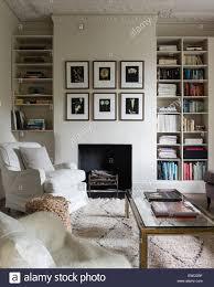 paar sessel im wohnzimmer mit couchtisch aus glas gekrönt