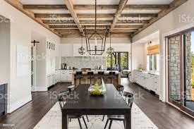 atemberaubende küche und esszimmer in neuen luxushaus holzbalken und eleganten pendelleuchten akzent dieser schönen offenen esszimmer und küche
