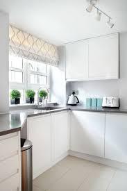 schibegardinen in weißer küche küchengardinen