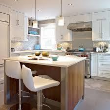cuisine avec poteau au milieu îlot de cuisine en noyer massif avec poteaux en acier inoxydable