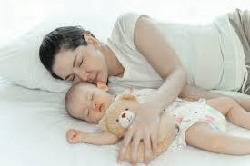 mutter mit ihrem baby im schlafzimmer schlafen kostenlose foto