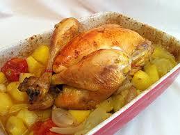 cuisiner poulet au four poulet rôti au four sur lit de pommes de terre et aromates la
